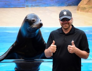 Toby Keith two thumbs up for Clyde the sea lion