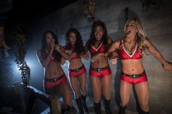Buccaneers-Cheerleaders-at-Howl-O-Scream-5-550x366